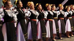 Młodzi Rumuńscy tancerze w tradycyjnym kostiumu Zdjęcie Royalty Free