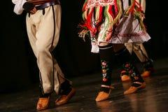 Młodzi Serbscy tancerze w tradycyjnym kostiumu Folklor Serbia obraz stock