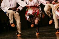 Młodzi Serbscy tancerze w tradycyjnym kostiumu Folklor Serbia obrazy royalty free