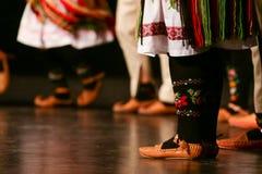 Młodzi Serbscy tancerze w tradycyjnym kostiumu Folklor Serbia obraz royalty free
