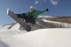Młodzi Snowboarder spełniania wyczyny kaskaderscy Na Śnieżnym wzgórzu Zdjęcie Royalty Free