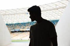 Młodzi sporty obsługują pozycję przy stadium outdoors obraz royalty free
