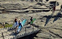 Młodzi surfingowowie przewodzą dla kipieli przy Dębową ulicy plażą w laguna beach, Kalifornia zdjęcia royalty free
