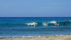 Młodzi surfingowowie raffle fala Karaiby plaża na pięknym słonecznym dniu Obrazy Royalty Free