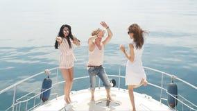 Młodzi szczęśliwi caucasian ludzie tanczy w łodzi bawją się zbiory