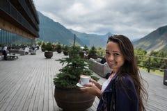 Młodzi szczęśliwi kobieta stojaki na tarasie hotel z filiżanką kawy zdjęcia royalty free