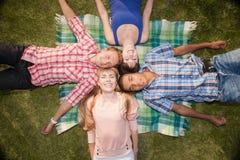 Młodzi szczęśliwi ludzie plenerowi Zdjęcia Royalty Free