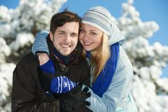Młodzi szczęśliwi ludzie w zimie Obraz Royalty Free