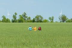 Młodzi szczęśliwi przyjaciele biega na zielonym pszenicznym polu Obraz Stock