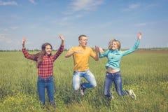 Młodzi szczęśliwi przyjaciele biega na zielonym pszenicznym polu Fotografia Royalty Free