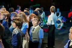 Młodzi teatromany dzieci entuzjastycznie ogląda children kukiełkowego przedstawienia Bożenarodzeniowego theatre Smeshariki Zdjęcia Stock