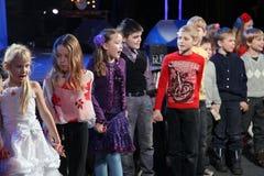 Młodzi teatromany dzieci entuzjastycznie ogląda children kukiełkowego przedstawienia Bożenarodzeniowego theatre Smeshariki Fotografia Stock