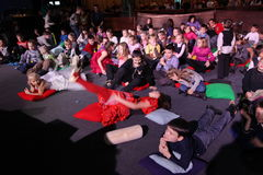 Młodzi teatromany dzieci entuzjastycznie ogląda children kukiełkowego przedstawienia Bożenarodzeniowego theatre Smeshariki Zdjęcia Royalty Free