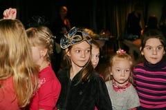 Młodzi teatromany dzieci entuzjastycznie ogląda children kukiełkowego przedstawienia Bożenarodzeniowego theatre Smeshariki Zdjęcie Royalty Free