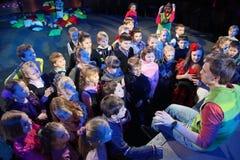Młodzi teatromany dzieci entuzjastycznie ogląda children kukiełkowego przedstawienia Bożenarodzeniowego theatre Smeshariki Obrazy Stock