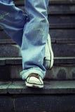 młodzi trwanie mężczyzna kroki Obraz Royalty Free
