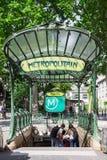 Młodzi turyści przy wejściem ksieni stacja metru P Zdjęcia Royalty Free