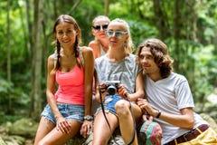 Młodzi turyści są odpoczynkowi na skałach w dżungli Zdjęcie Stock
