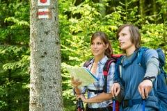 Młodzi turyści sprawdza blask i mapę Obrazy Stock