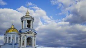 Młodzi turystów stojaki na krawędzi góry i patrzeć góry w chmurach zbiory wideo