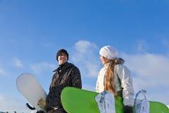 młodzi uśmiechnięci par snowboards Zdjęcia Royalty Free