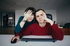 Młodzi urzędnicy zrobili błędowi i tym samym bardzo rozczarowywali Emocjonalni piękni młodzi ludzie w miejscu pracy obrazy stock