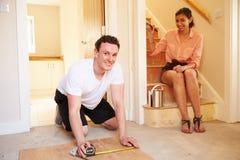 Młodzi właściciele domu dekoruje ich dom, patrzeje kamera obrazy royalty free