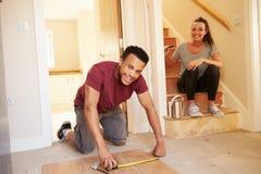 Młodzi właściciele domu dekoruje ich dom, patrzeje kamera obraz royalty free