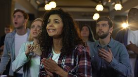 Młodzi widzowie zakorzenia dla faworyta zespalają się cel, wielorasowi fan przy stadium zbiory wideo
