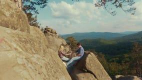 Młodzi wycieczkowicze trzyma ich ręki na górze halnego szczytu Na zewnątrz strzelaniny, piękna sceneria wysokie góry zdjęcie wideo