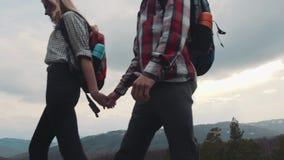Młodzi wycieczkowicze wędruje w skalistych górach para elegancka Miłości przygoda, para cele Zadziwiająca natura, wysocy wzgórza zdjęcie wideo
