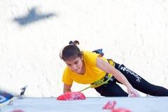 Młodzieżowa żeńska atleta robi ciężkiemu ruchowi na pięcie ścianie Fotografia Stock