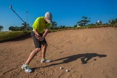 Młodzieżowa gracza piaska strzału golfa praktyki huśtawka Zdjęcia Royalty Free