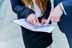Młodzieżowe kierownictwo dynamika konsultuje handlowych dokumenty Obraz Royalty Free