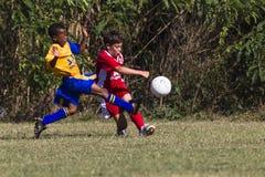 Młodzieżowego futbolu wyzwania piłka   Zdjęcie Stock