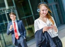 Młodzieżowi kierownictwa ma kawową przerwę przed ich firmą zdjęcie royalty free