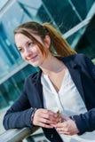 Młodzieżowy kierownictwo ma kawową przerwę przed jej firmą Obrazy Stock