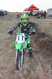 Młodzieżowy motocyklu jeździec pozuje na motocyklu Obrazy Royalty Free