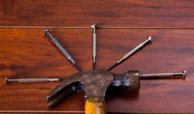 Młot i gwoździe na drewnianym stołowym tle Obrazy Royalty Free
