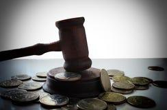 Młot sędzia na rozsypisku smętność monety Fotografia Stock
