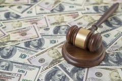Młot sędzia na tle pieniądze dolara banknoty Obrazy Royalty Free