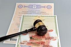 Młot sędzia z pieniądze i świadectwa urodzenia na g, macierzyński Zdjęcie Stock
