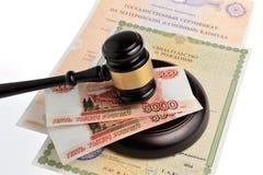 Młot sędzia z pieniądze, macierzyńskiego i świadectw urodzenia isol, Obrazy Stock