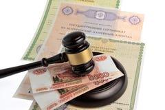 Młot sędzia z pieniądze, macierzyńskiego i świadectw urodzenia isol, Fotografia Royalty Free