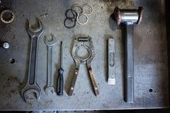 Młota i locksmith narzędzia na odprasowywają stół Obrazy Royalty Free