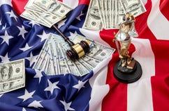 Młoteczek i dolary na usa flaga zdjęcie royalty free