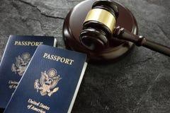 Młoteczek i paszporty zdjęcia stock