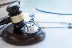 Młoteczek i stetoskop medyczna jurysprudencja legalna definicja pomyłka lekarska adwokat pospolite błąd lekarki zdjęcie stock