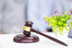 Młoteczek i suszy kwiatu na stole Młot dla sędziów sądzić zdjęcia stock