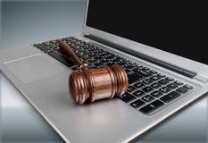 Młoteczek na laptop klawiaturze, zakończenie widok Obrazy Stock